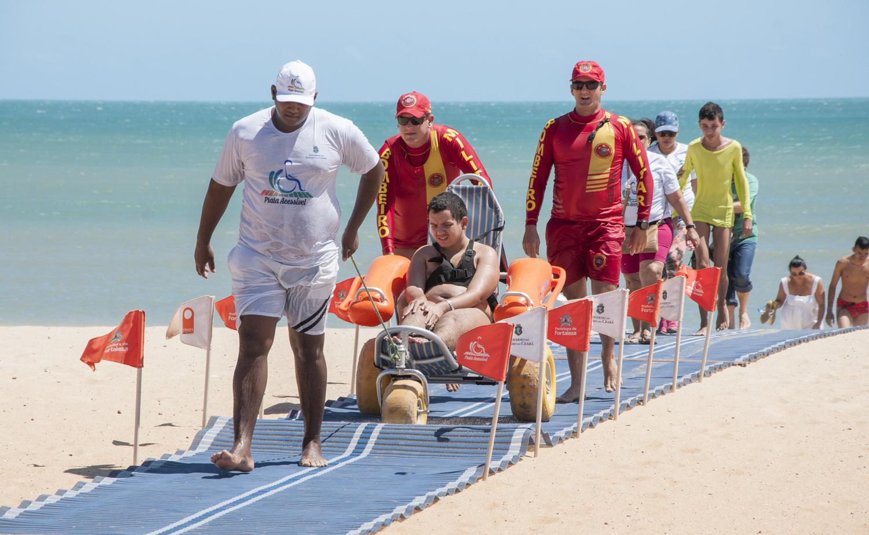 Garotocom paralisia cerebral e tetraplégico visita Praia de Iracema pela primeira vez
