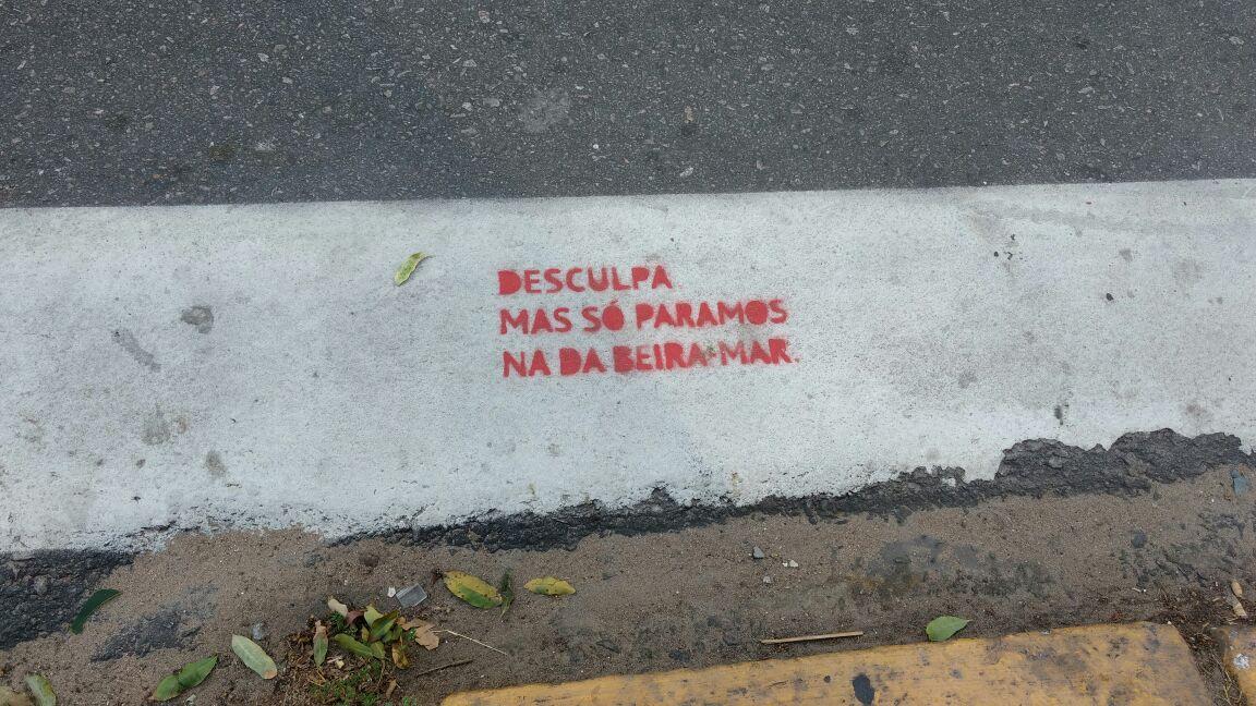 Artista faz intervenção em ruas pedindo respeito a pedestres de Fortaleza