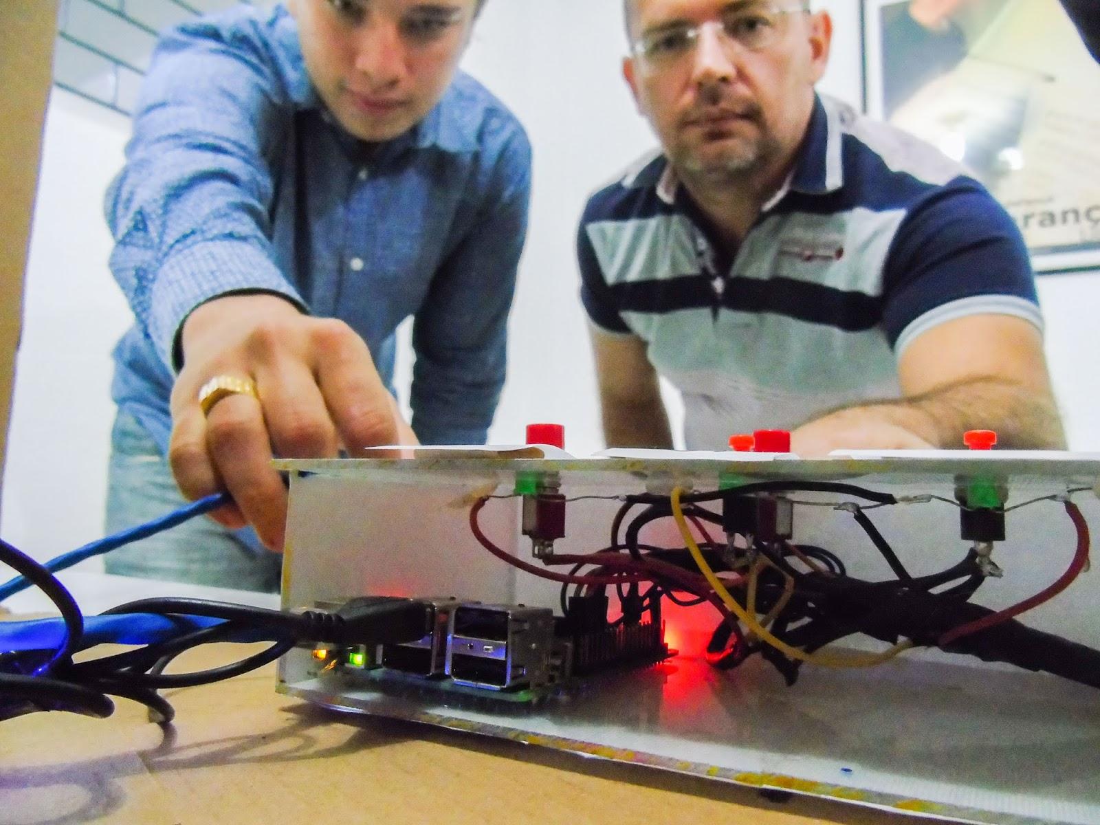 Cearenses criam urna eletrônica com materiais recicláveis que divulga votos instantaneamente