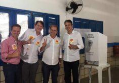 Na sequência, o vice André Barreto, o ex-governador Cid Gomes, o candidato a prefeito, Zé Aílton, e o governador Camilo Santana. (FOTO: Reprodução)