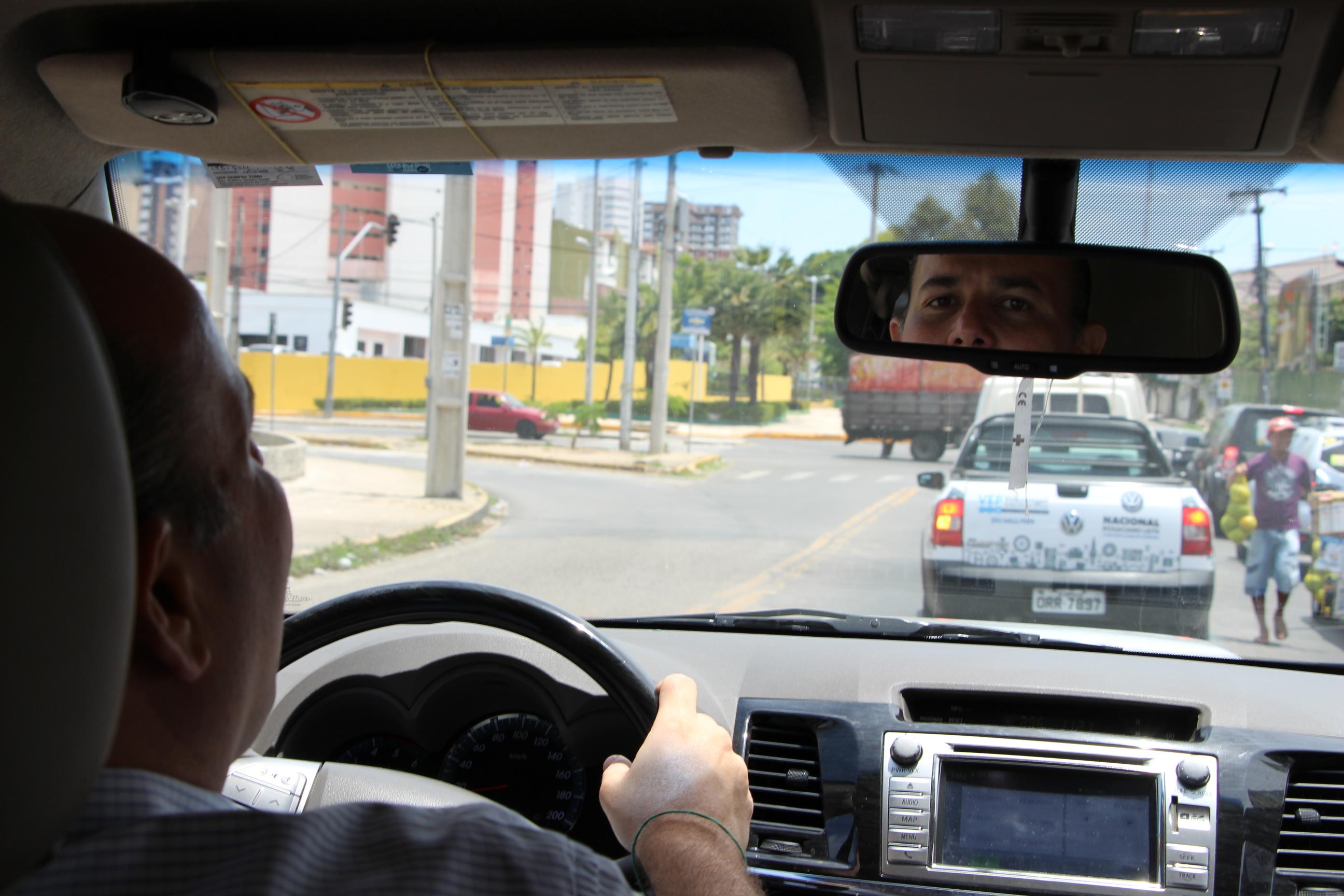 #UmDiaComOCandidato: Roberto Cláudio dirige o próprio veículo e come pão com ovo no café da manhã
