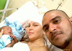Antônia, com o filho e o marido, logo após a cirurgia. (FOTO: arquivo pessoal)