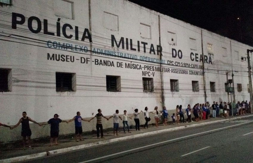 Parentes de policiais presos por chacina fazem abraço coletivo em presídio militar