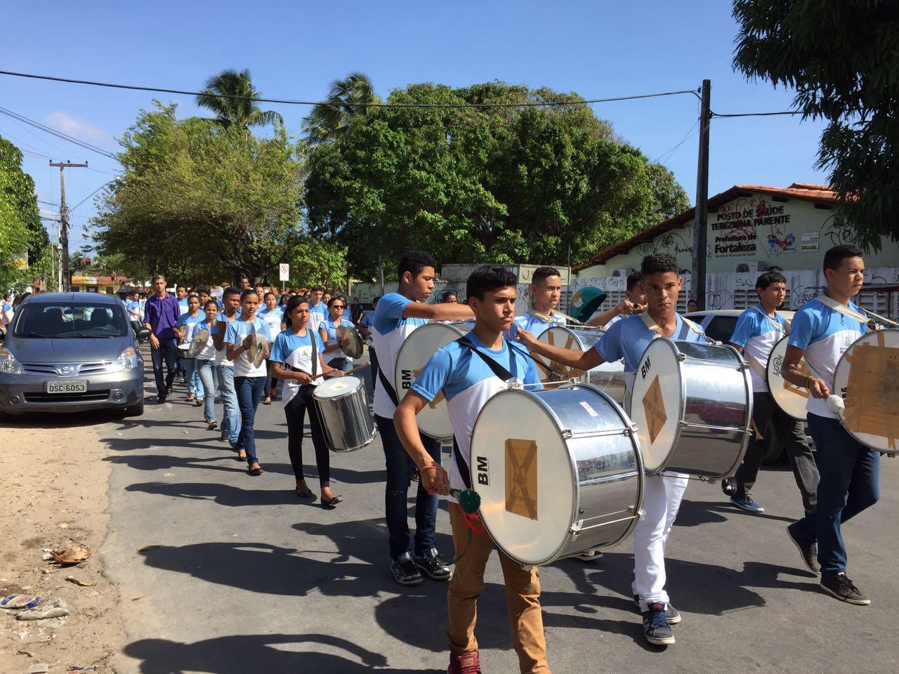 Alunos de escola do Curió fazem desfile para homenagear amigos mortos na Chacina de Messejana