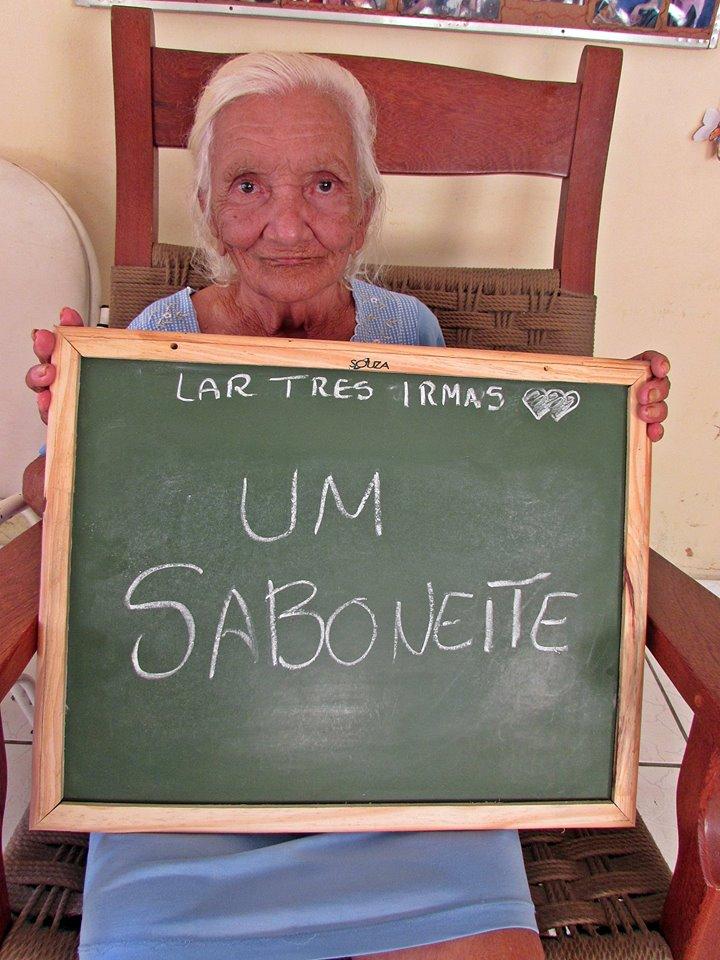 Campanha para doação de presentes para idosos emociona