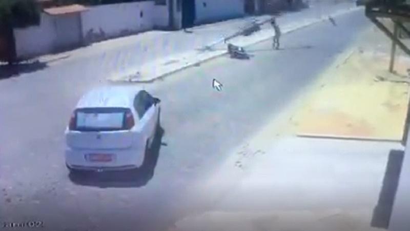 """Motociclista atingido por poste em grave acidente agradece """"milagre"""" que o salvou"""