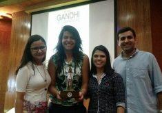 Equipe que recebeu o prêmio durante cerimônia: Jéssica Welma, Fernanda Moura, Roberta Tavares e Rafael Luís Azevedo. (Foto: Tribuna do Ceará)