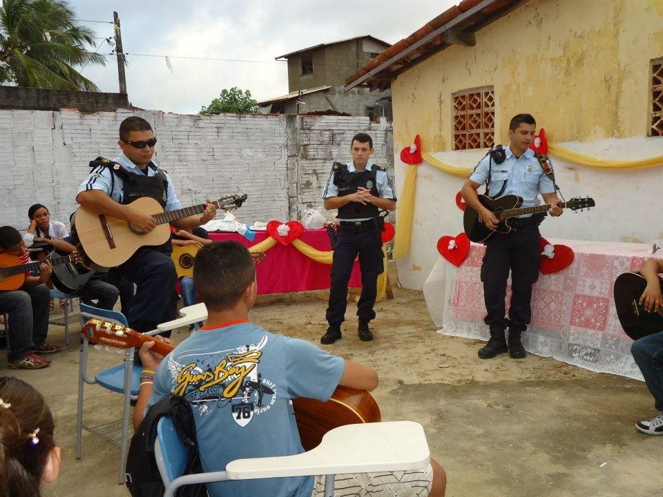 Policiais do Ronda oferecem aulas de violão em áreas de risco de Fortaleza