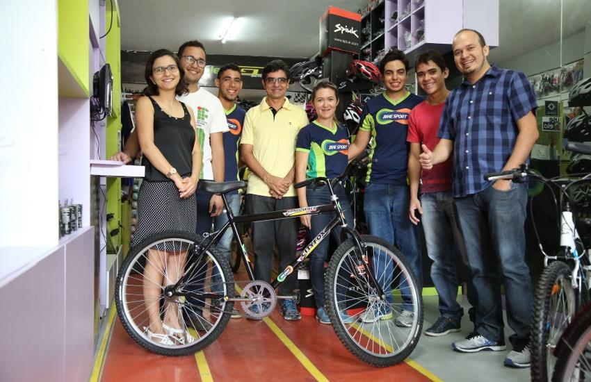 Cearenses que criaram sensor para ciclistas surdos ganham bicicleta para desenvolver estudo