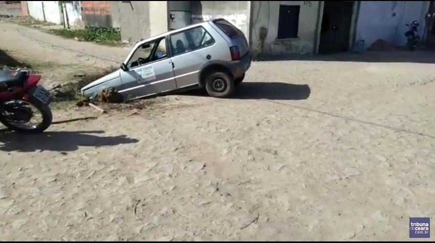 Carro da Cagece cai em buraco que existe há 2 anos em Maracanaú