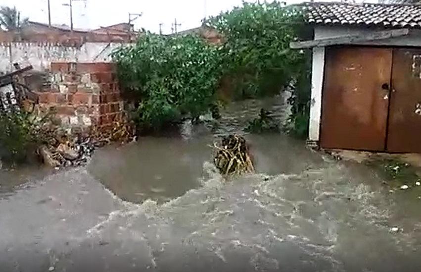Moradores do Conjunto Palmeiras registram alagamentos após forte chuva