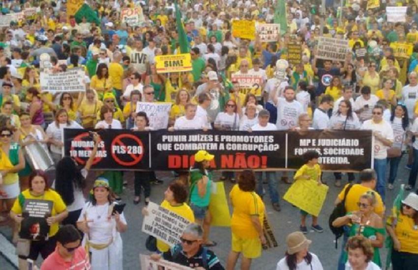 Praça Portugal é tomada de verde e amarelo em protesto contra o Congresso