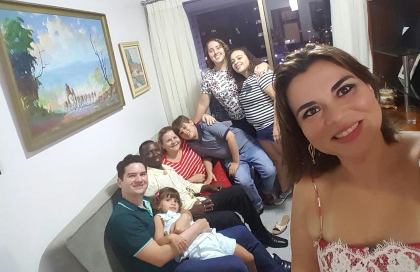 Cearenses convidam refugiado da África para passar Natal com a família em Fortaleza