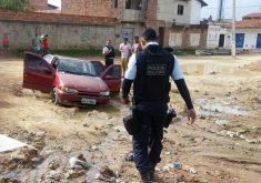 Depois do ataque à delegacia, a PM localizou um carro abandonado com um homem morto. (Foto: Reprodução/Whatsapp)