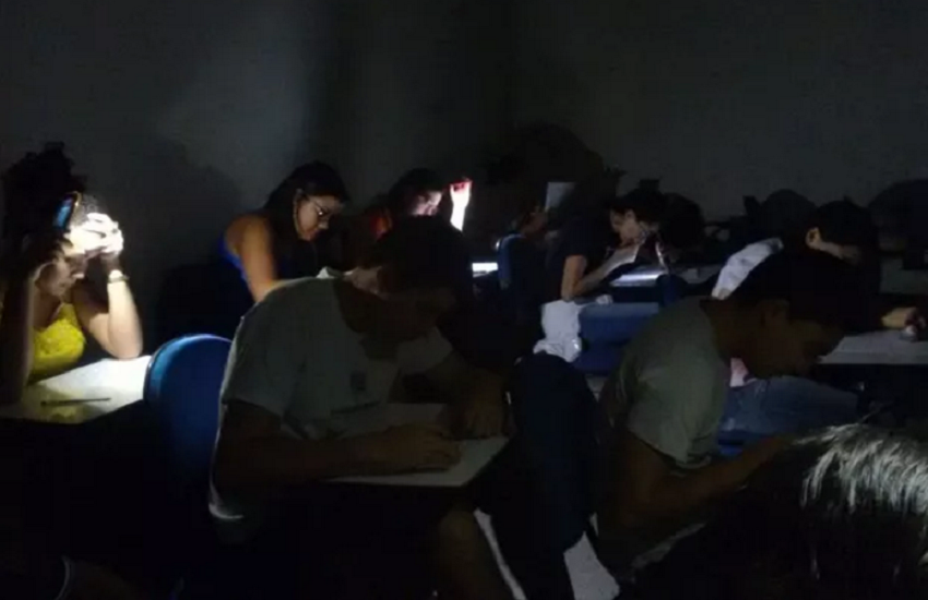 Alunos usam lanternas para fazer prova após queda de energia em universidade no Ceará