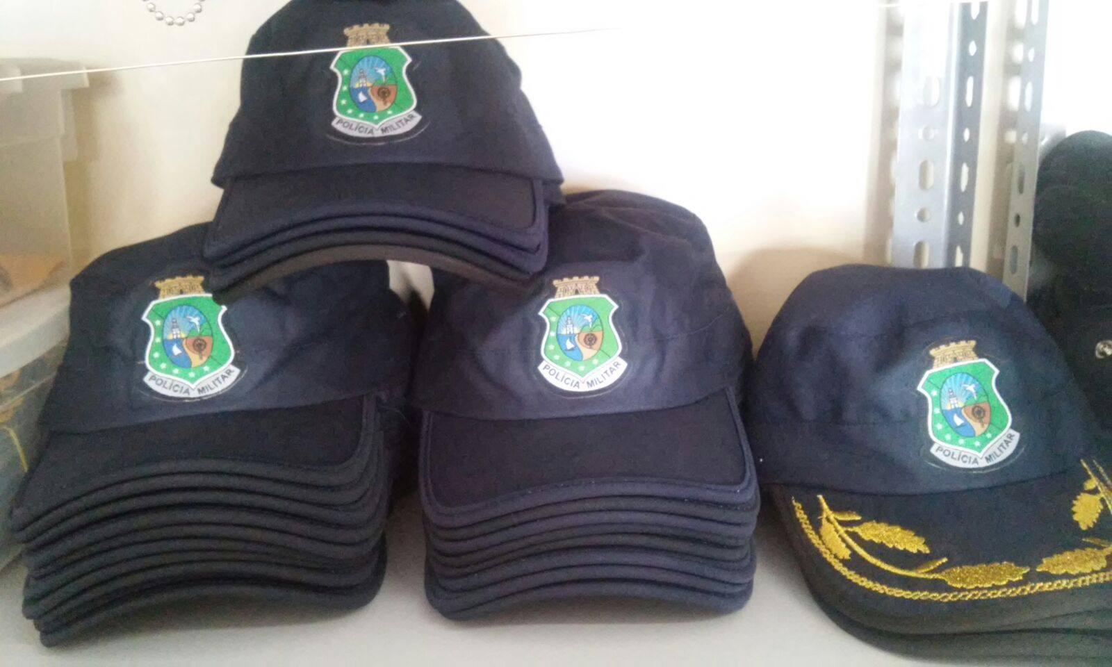 Distintivos, blusas e bonés da Polícia são comercializados