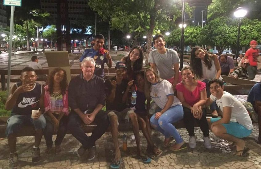Amigos se reúnem duas vezes por mês para alimentar moradores de rua em Fortaleza