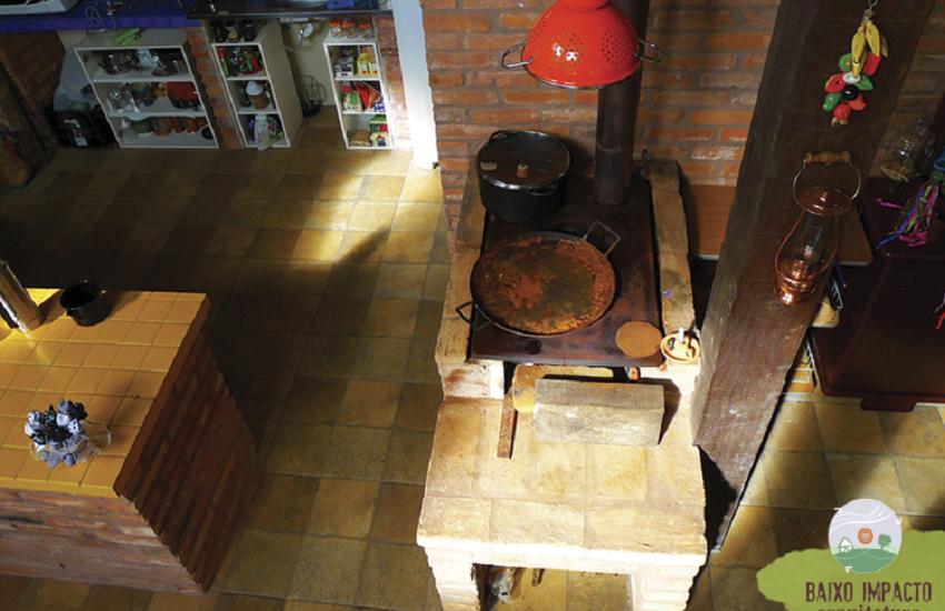 Casas de tijolos artesanais de barro podem ser alternativa para amenizar o calor