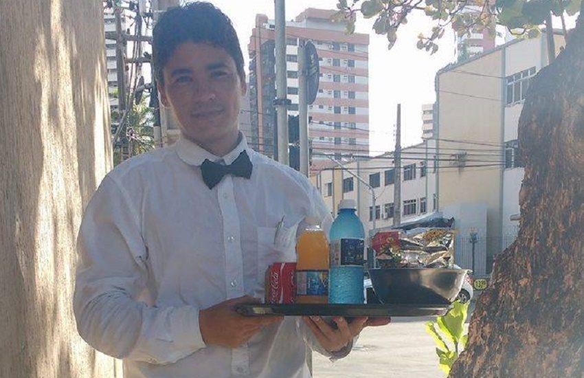 Cearense vende água e refrigerante em semáforo de Fortaleza vestido de garçom