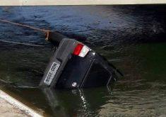 Carro capotou dentro do Canal da Integração, no distrito de São João do Aruaru (FOTO: Reprodução Whatsapp)