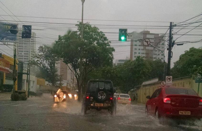 Fortaleza amanhece com forte chuva que pode se estender pelo fim de semana