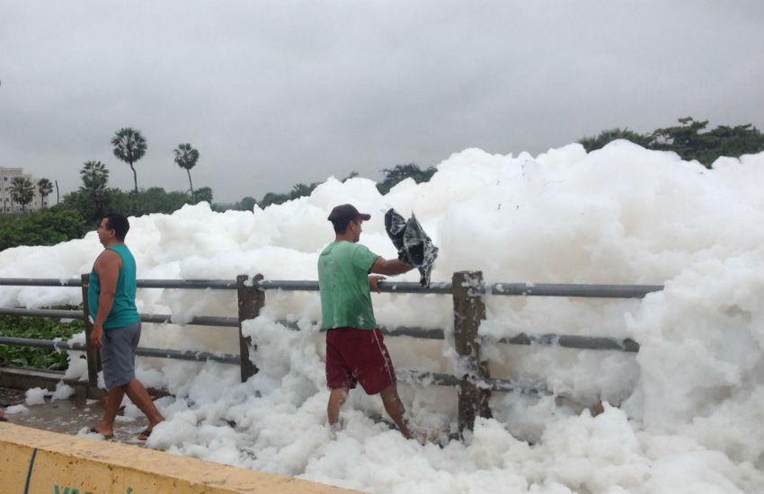 Espuma branca chama atenção de moradores do bairro Castelão