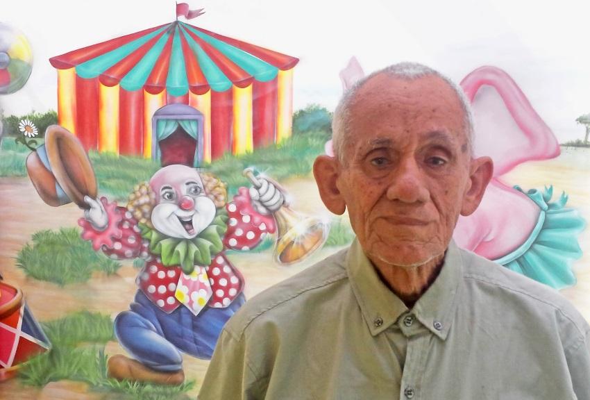 Voluntário de 80 anos completa duas décadas de trabalho no hospital Albert Sabin