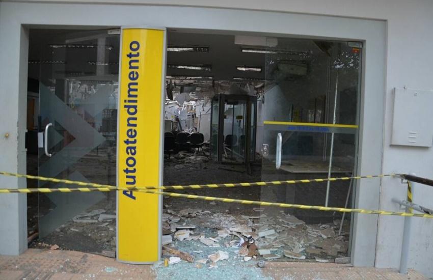 Grupo de 20 homens armados explode 2 bancos e troca tiros com a polícia no Ceará