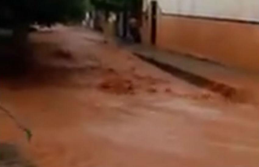 Forte chuva provoca quatro quedas d'água em Ipu e correnteza nas ruas da cidade