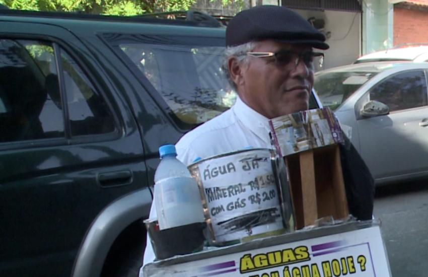 Homem que vende água na rua vestido de garçom apela por ajuda para fazer cirurgia