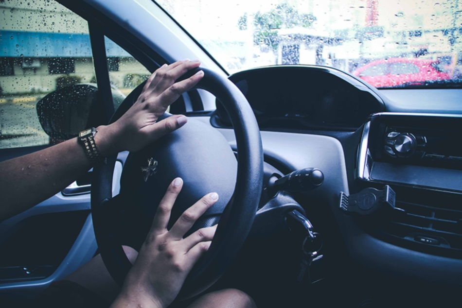 Policiais alertam: nunca fique estacionado dentro do carro esperando passageiro