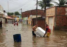 Moradores tentaram salvar seus pertences. (FOTO: Reprodução/Whatsapp)