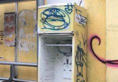 A geladeira foi furtada e pichada (FOTO: Reprodução/Facebook)
