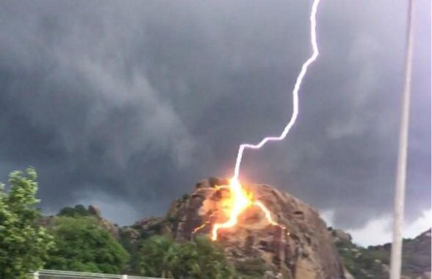 Morador de Quixadá registra momento de raio próximo à pedra da Galinha Choca