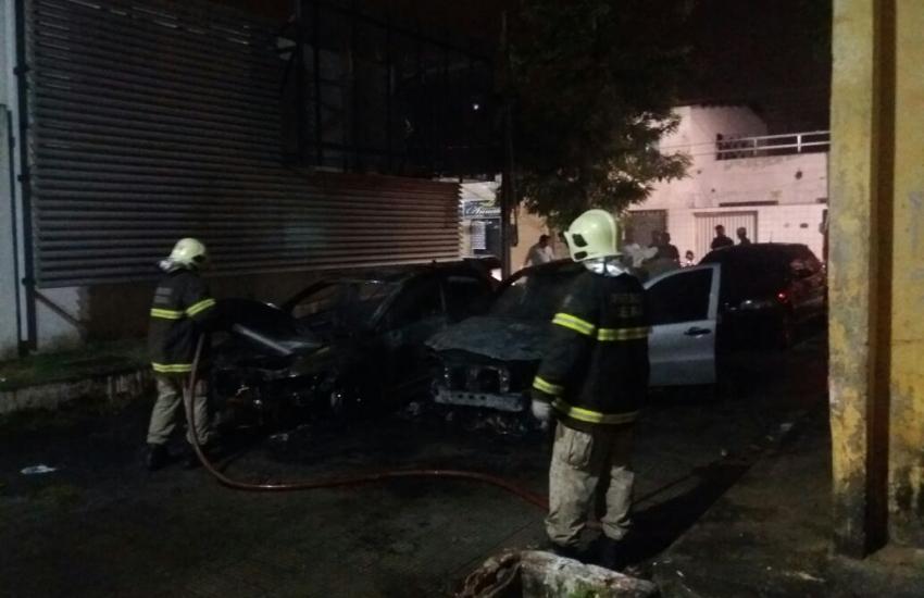 Dois carros são incendiados no 19º Distrito Policial