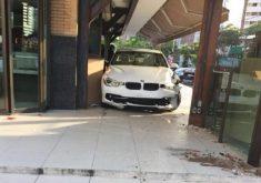 Estado do carro e da padaria após o impacto (FOTO: Leitor via Whatsapp)