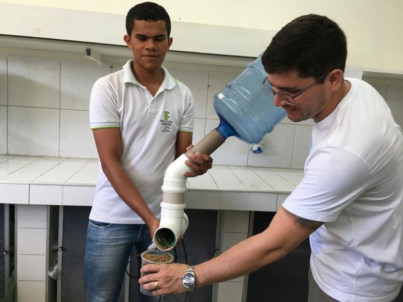 Estudantes de Morada Nova criam equipamento que alimenta peixes automaticamente
