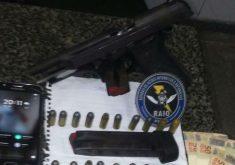 Foram apreendidas armas com o suspeito (FOTO: Divulgação)