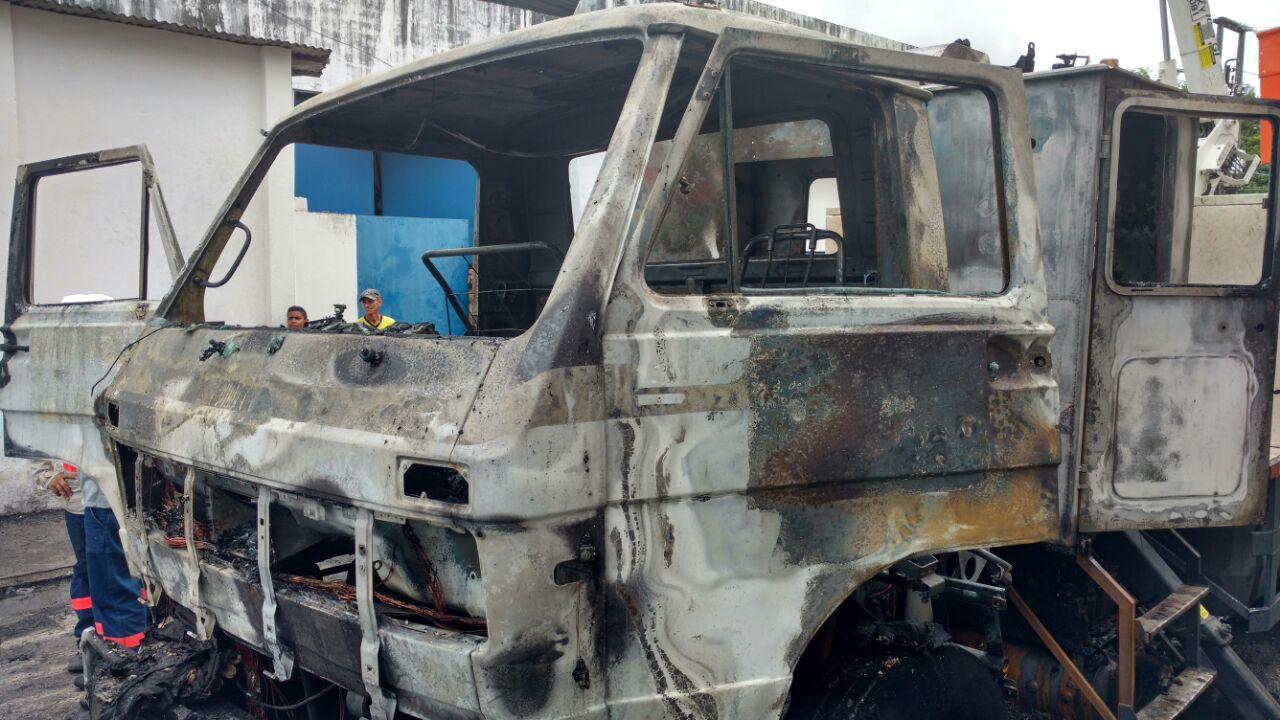 Caminhão da Enel é incendiado em novo atentado de bandidos