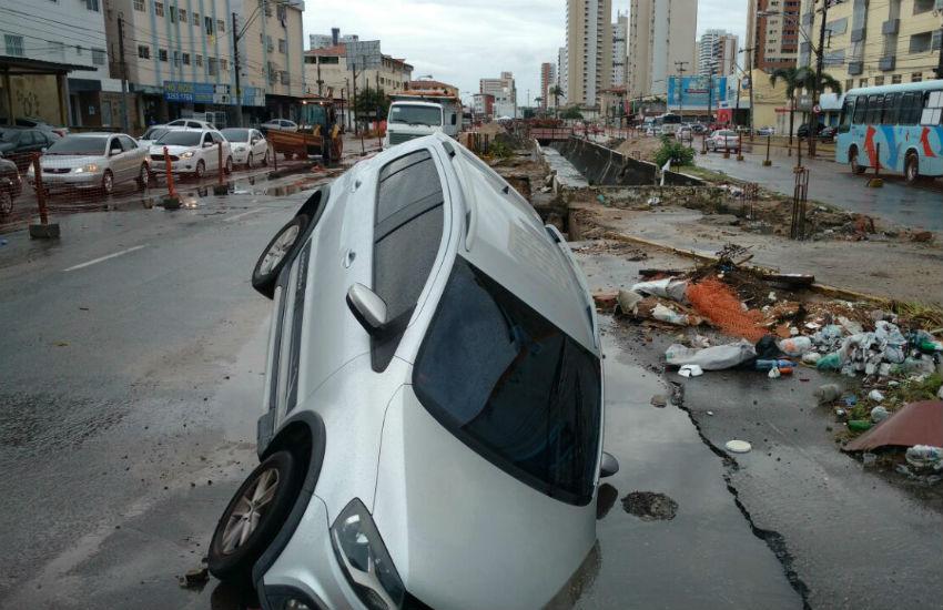 Após forte chuva, carro cai em cratera e fica suspenso na Avenida Aguanambi