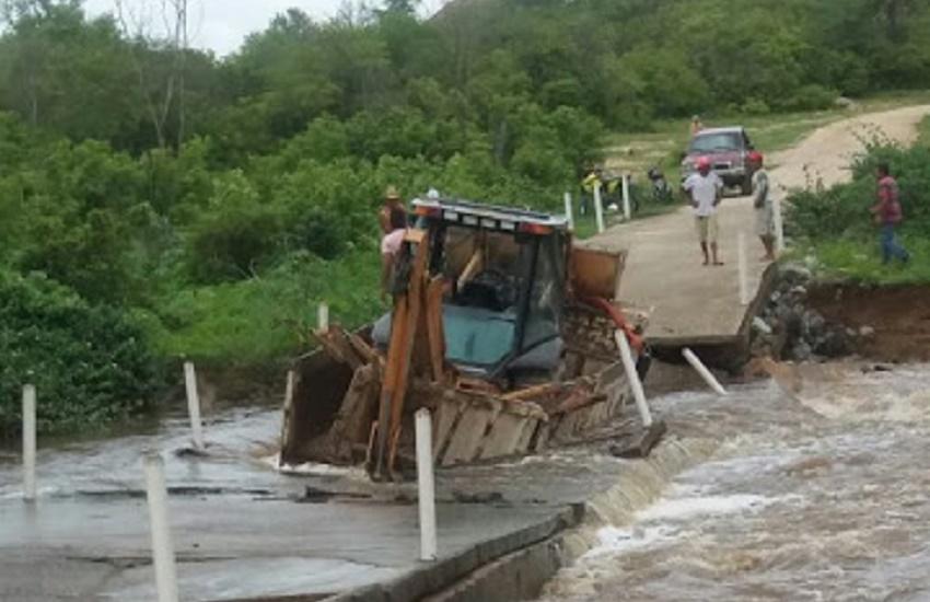 Passagem molhada de Cariré desmorona por causa do peso de caminhão com retroescavadeira