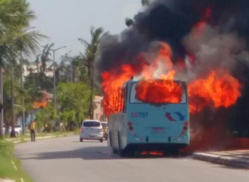 Motorista atingido por chamas em ataque ficou preso ao cinto de segurança