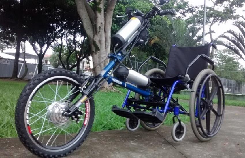 Após acidente dos pais, jovem cria triciclo com sucata para que eles andem em segurança