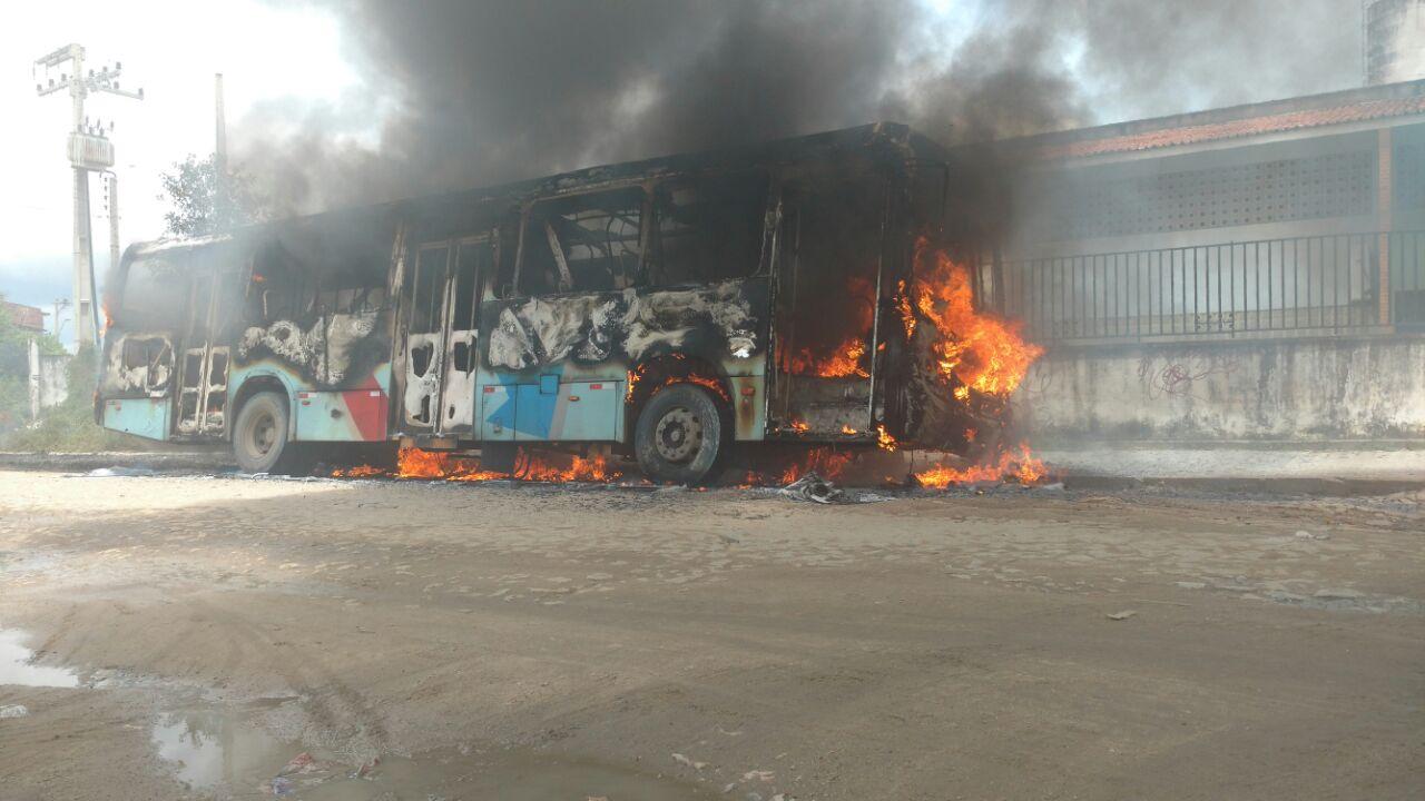 O ônibus foi queimado no Jardim Fluminense (FOTO: Dorian Girão/TV Jangadeiro)