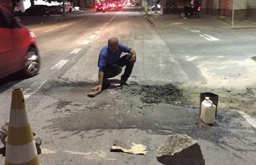 Após taxista tapar buraco em avenida, prefeitura afirma que resolverá o problema
