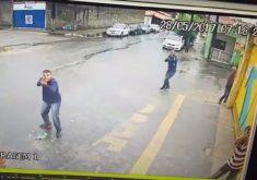 Câmeras de segurança mostram quatro homens atirando contra guarita. (Foto: Reprodução)