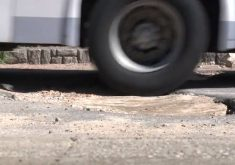 Os buracos estão em toda a cidade (FOTO: Reprodução/TV Jangadeiro)
