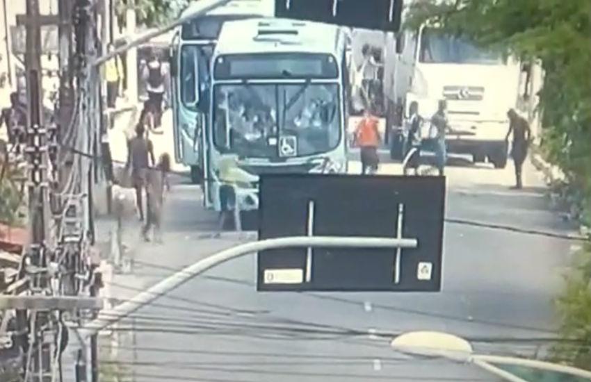 Ônibus é desviado e apedrejado em protesto contra fim da feira da Rua José Avelino