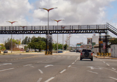 Está em construção na CE-040 uma passarela em frente ao Centro de Eventos, em substituição à provisória implantada em 2013 (FOTO: Tribuna do Ceará)