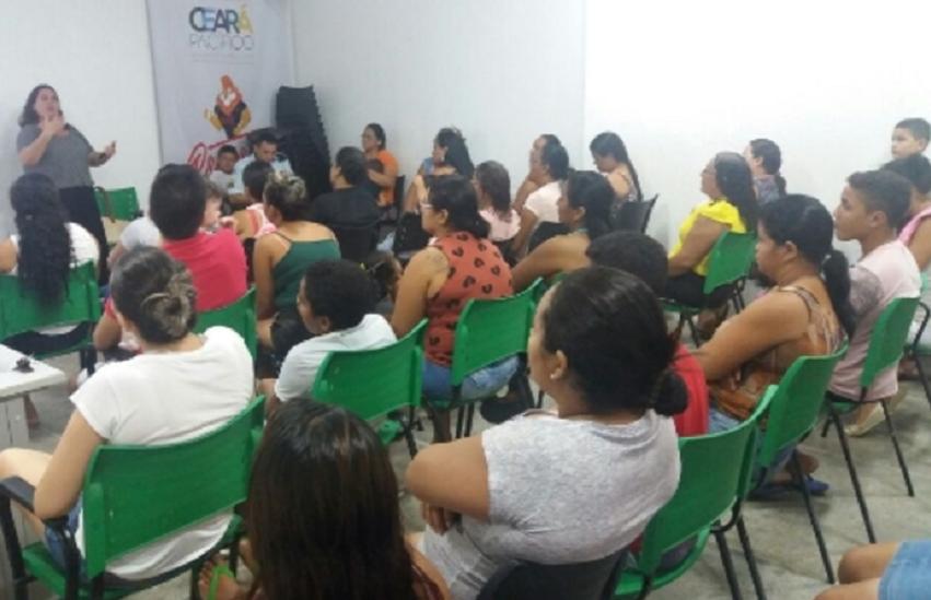 Crianças recebem aulas de música dadas por policiais militares em Fortaleza